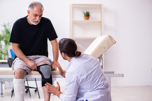 Knieschmerzen beim Treppensteigen? Ursachen & Lösungen