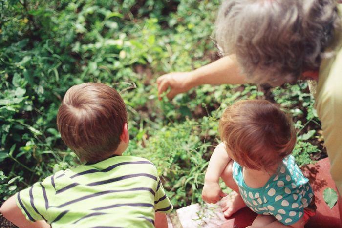 Grand-parent avec deux enfants
