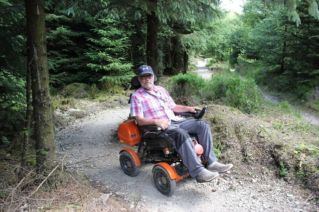 personne-en-fauteuil-motorise-sur-le-chemin-a-sutton-bank.jpg
