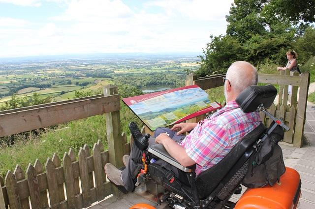 personne-en-fauteuil roulant-à-la-banque-de-sutton-plateforme-de-visualisation.jpg
