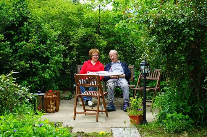 gens assis dans le jardin