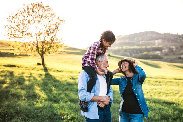 famille marchant au soleil