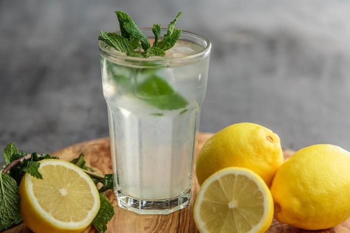 Verre d'eau citron et menthe