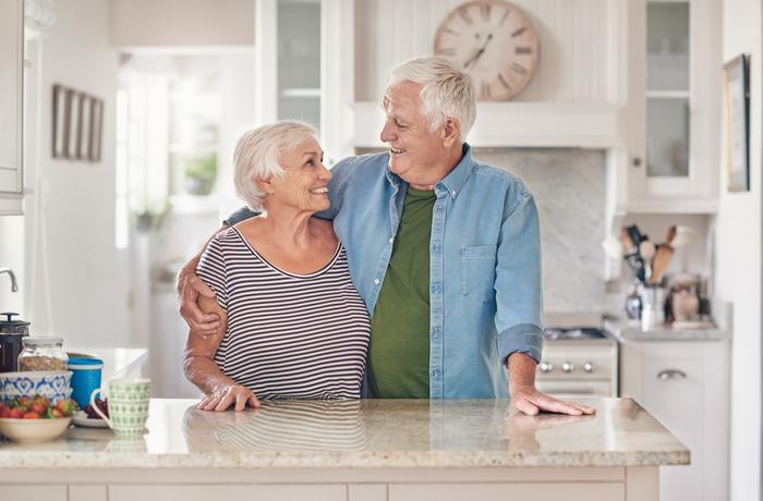 Personnes âgées dans la cuisine