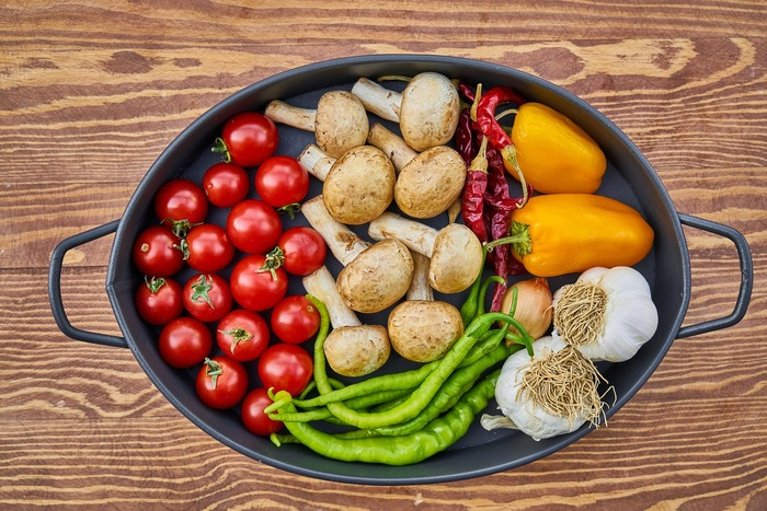 Poêle pleine de légumes frais