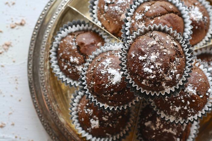 un tas de petits gâteaux au chocolat