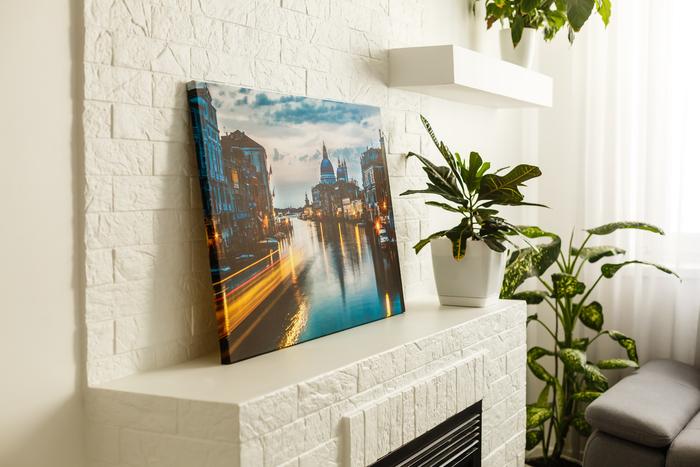 Art sur toile au sommet d'une cheminée