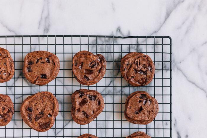 Biscuits au chocolat sur un plateau de refroidissement