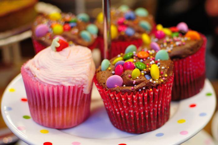 cupcakes de couleur sur un cakestand