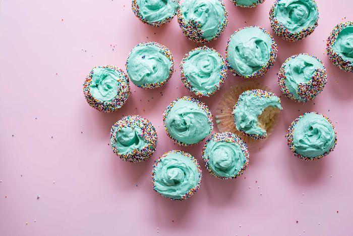 cupcakes bleus sur fond rose