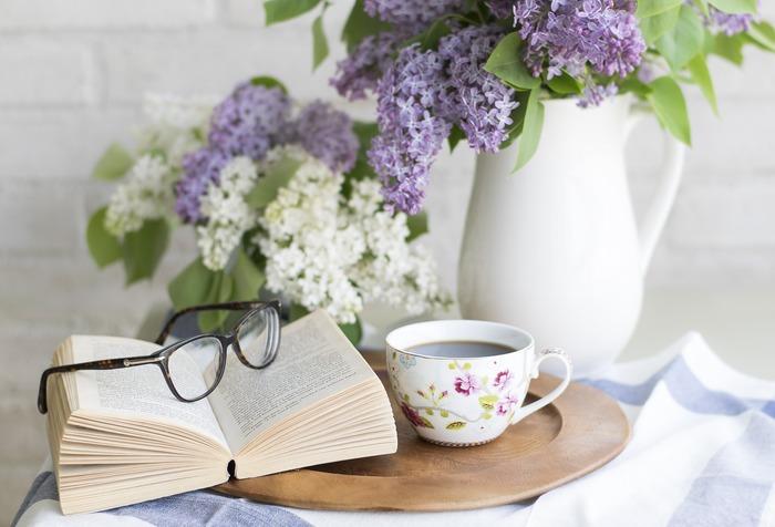 Vase de fleurs violettes et un livre ouvert