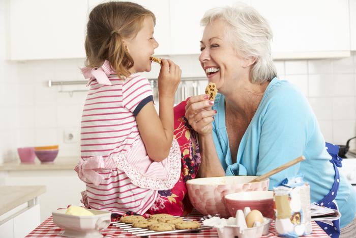 grand-mère-et-enfant-rire-et-cuire.jpg