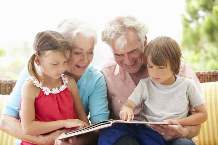grands-parents lisant aux enfants