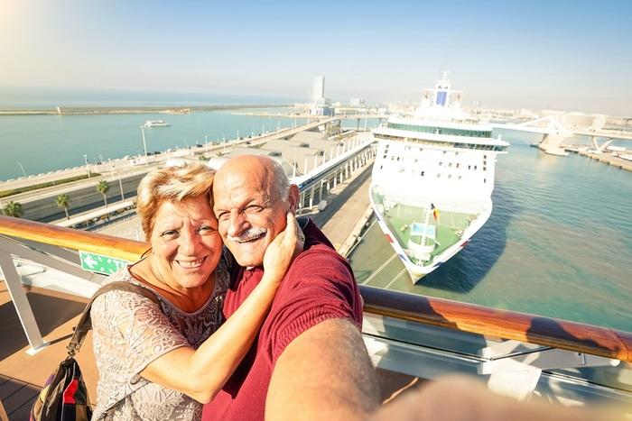 vieux couple en vacances croisière