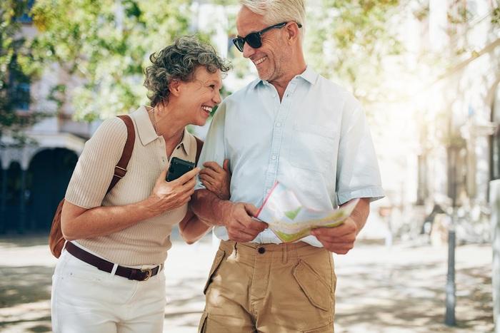couple de retraités voyageant