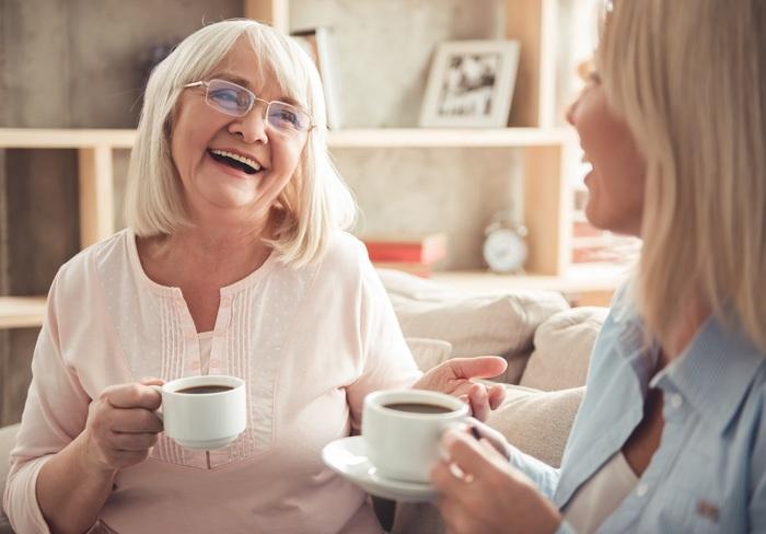 vieille-femme-riant-avec-sa-fille.jpg